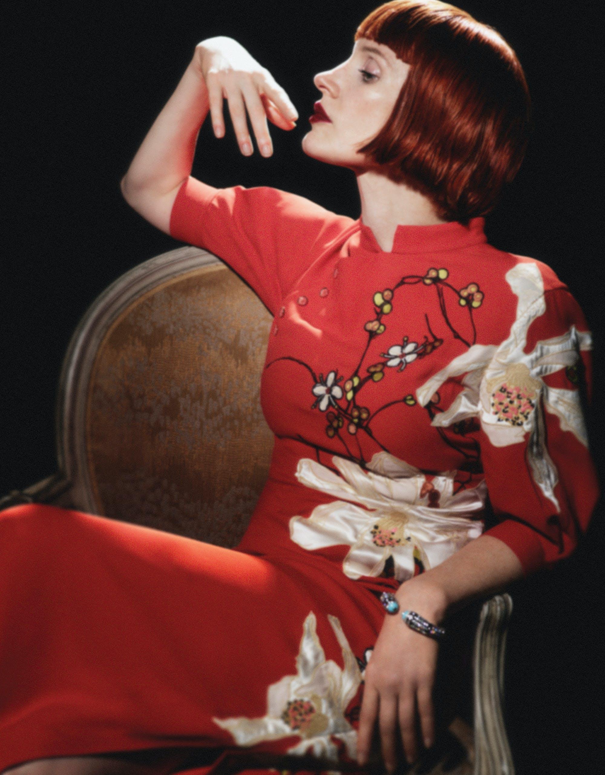 Sur la photo, Jessica Chastain porte une robe brodée à col mao, JASON WU ; bracelet avec diamants et turquoise, CARTIER.