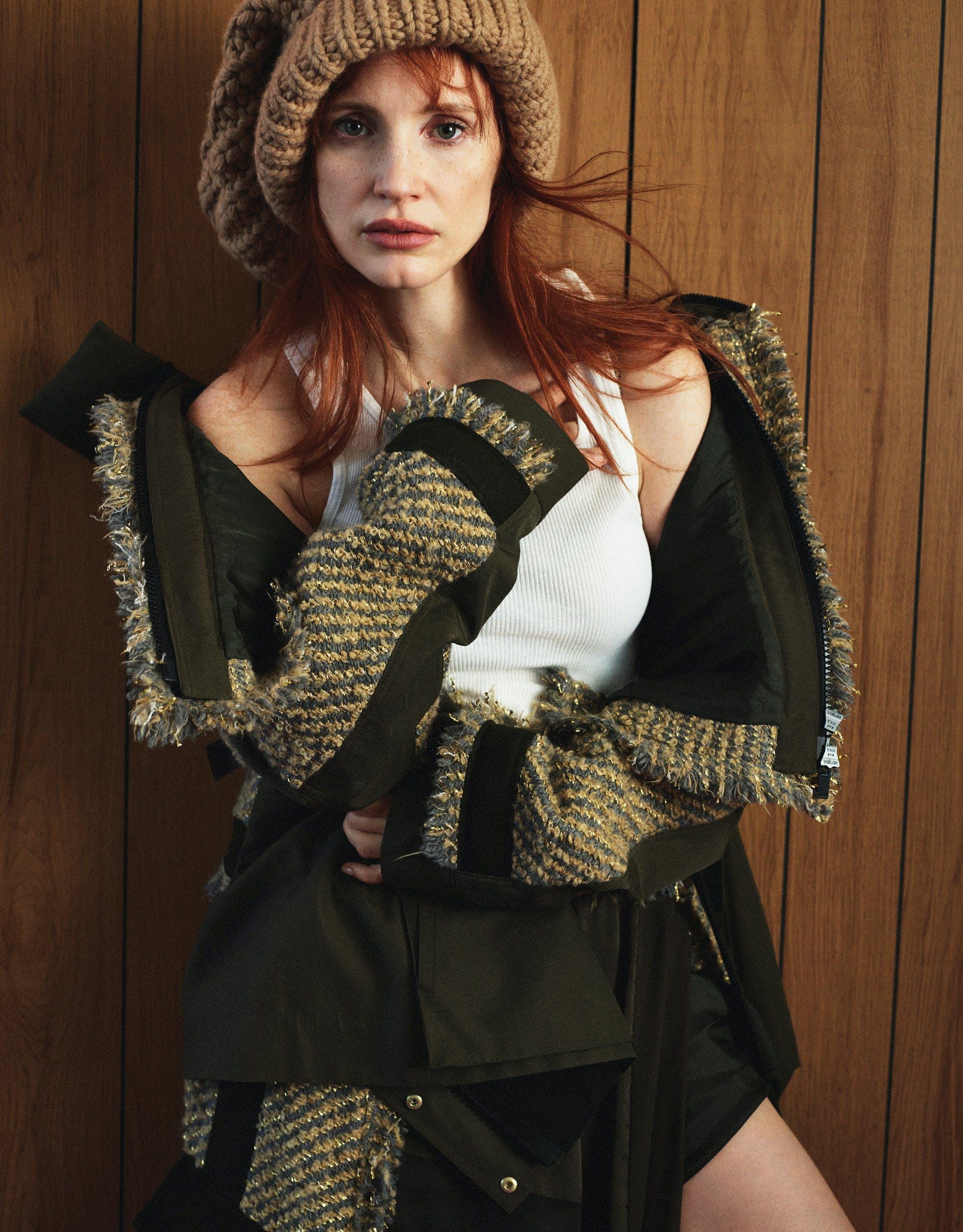 Sur la photo, Jessica Chastain porte une veste et une jupe avec empiècements en mesh, SACAI ; haut, celui du styliste; beretto, ALTUZARRA.